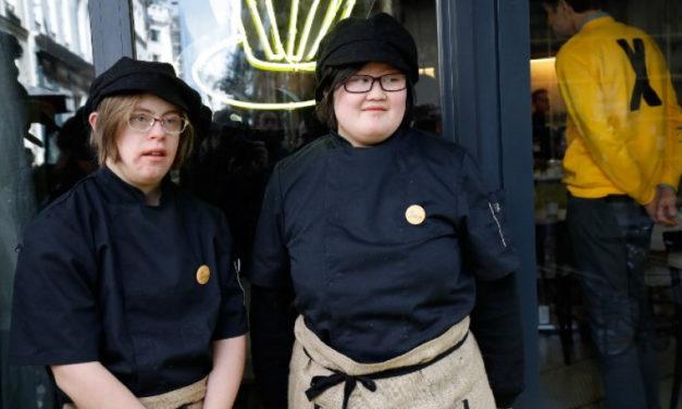 Paris : au Café Joyeux, l'équipe est composée de personnes handicapées